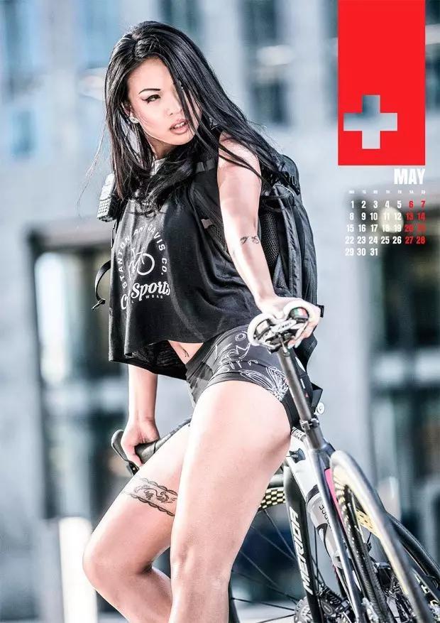 'Nóng bỏng mắt' với bộ ảnh chân dài gợi cảm bên xe đạp Merida